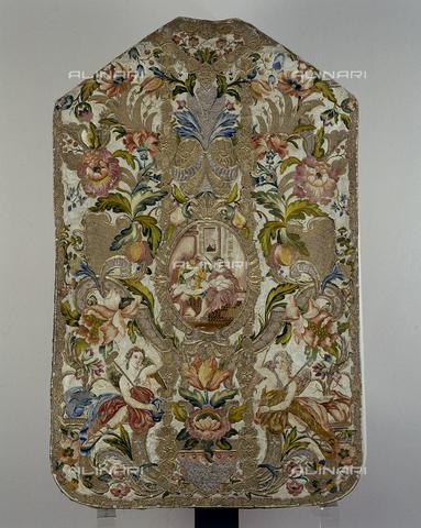 SEA-S-CA2001-0014 - Pianeta floreale ricamata in seta e oro, manifattura romana, Museo del Tesoro di Sant'Eulalia, Cagliari - Data dello scatto: 2001-2002 - Archivi Alinari, Firenze