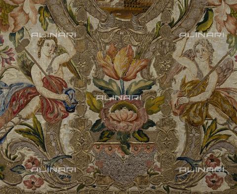SEA-S-CA2001-0016 - Angeli con i simboli della passione, particolare di pianeta floreale ricamata in seta e oro, manifattura romana, Museo del Tesoro di Sant'Eulalia, Cagliari - Data dello scatto: 2001-2002 - Archivi Alinari, Firenze