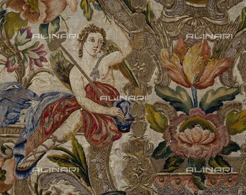 SEA-S-CA2001-0017 - Angelo con simbolo della passione, particolare di pianeta floreale ricamata in seta e oro, manifattura romana, Museo del Tesoro di Sant'Eulalia, Cagliari - Data dello scatto: 2001-2002 - Archivi Alinari, Firenze