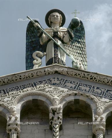 SEA-S-LU2000-0001 - Statua di San Michele Arcangelo sulla sommità della facciata della chiesa di San Michele in Foro - Data dello scatto: 2000 - Archivi Alinari, Firenze