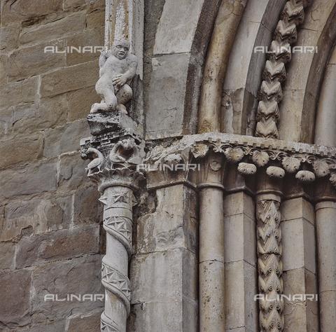 SEA-S-RI1994-0005 - Particolare del portale della chiesa di San Francesco ad Amatrice - Data dello scatto: 1994 - Archivi Alinari, Firenze