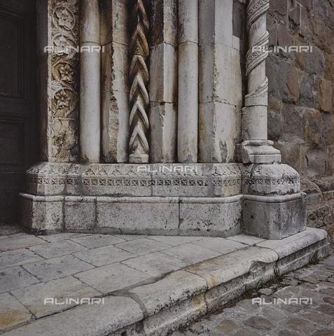 SEA-S-RI1994-0009 - Particolare del portale della chiesa di San Francesco ad Amatrice - Data dello scatto: 1994 - Archivi Alinari, Firenze