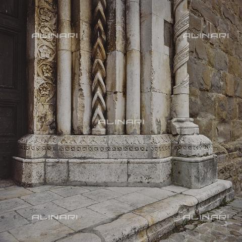 SEA-S-RI1994-0010 - Particolare del portale della chiesa di San Francesco ad Amatrice - Data dello scatto: 1994 - Archivi Alinari, Firenze
