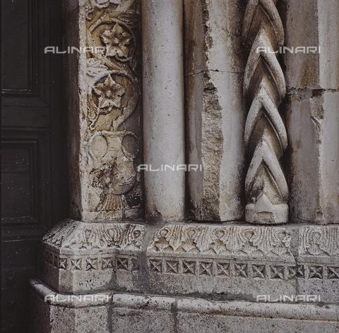 SEA-S-RI1994-0011 - Particolare del portale della chiesa di San Francesco ad Amatrice - Data dello scatto: 1994 - Archivi Alinari, Firenze