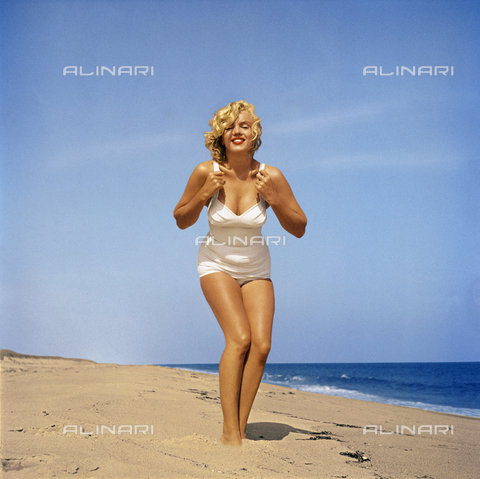 SFA-F-000002-0000 - Marilyn Monroe on the beach at Amagansett, New York - Data dello scatto: 1957 - Shaw Family Archives © licensed by Alinari