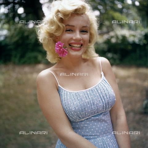SFA-F-000007-0000 - Marilyn Monroe, Roxbury, Connecticut - Data dello scatto: 1957 - Shaw Family Archives © licensed by Alinari