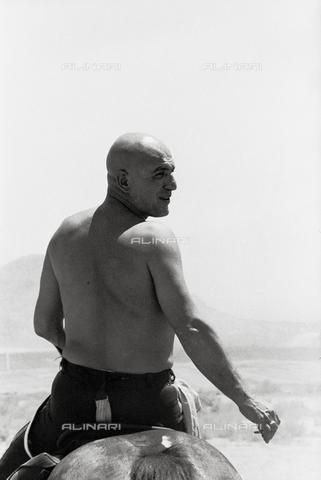 """SFA-F-000047-0000 - Telly Savalas, """"MacKenna's Gold"""" - Data dello scatto: 1961 - Shaw Family Archives © Alinari"""