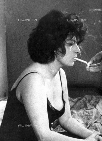 """SFA-F-000108-0000 - Anna Magnani, fuori scena durante le riprese del film """"The Fugitive Kind"""" - Data dello scatto: 1958 - Shaw Family Archives © Alinari"""