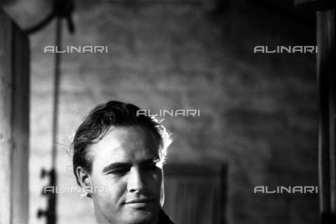 """SFA-F-000205-0000 - Marlon Brando durante le riprese del film """"I due volti della vendetta"""" di Marlon Brando, California, 1959 - Data dello scatto: 1959 - Shaw Family Archives © Alinari"""