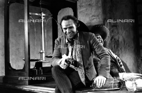 "SFA-F-000206-0000 - Marlon Brando in una scena del film ""I due volti della vendetta"" di Marlon Brando, California, 1959 - Data dello scatto: 1959 - Shaw Family Archives © Alinari"