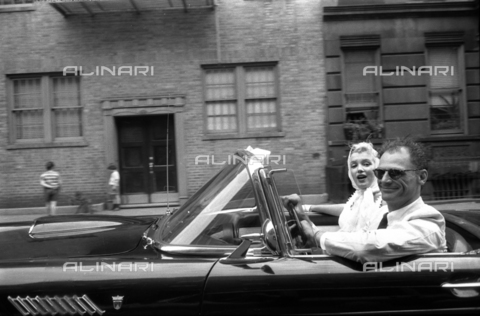 SFA-F-000221-0000 - Marilyn Monroe e il marito Arthur Miller in automobile; Manhattan, New York, 1956 - Data dello scatto: 1956 - Shaw Family Archives © Alinari