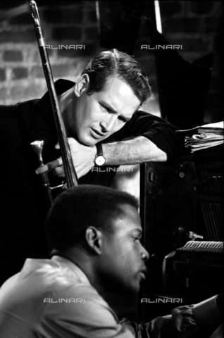 "SFA-F-000225-0000 - Paul Newman e Sidney Poitier durante le riprese del film ""Paris Blues"" di Martin Ritt, Parigi, 1960 - Data dello scatto: 1960 - Shaw Family Archives © Alinari"