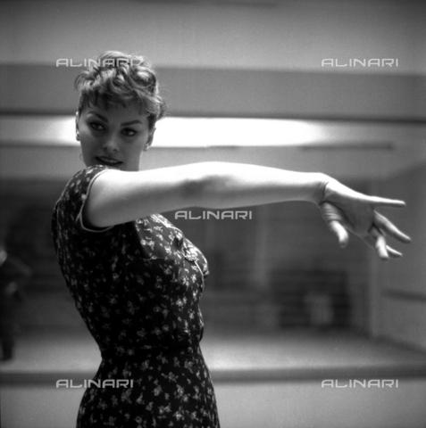 """SFA-F-000236-0000 - Sofia Loren in una scena del film """"Orgoglio e passione"""" di Stanley Kramer, Spagna; 1957 - Data dello scatto: 1957 - Shaw Family Archives © Alinari"""