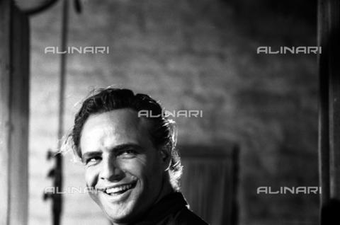 """SFA-F-000240-0000 - Marlon Brando durante le riprese del film """"I due volti della vendetta"""" di Marlon Brando, California, 1959 - Data dello scatto: 1959 - Shaw Family Archives © Alinari"""