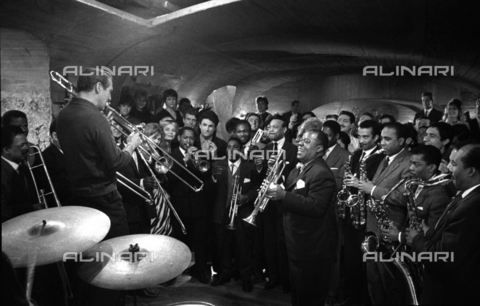 "SFA-F-000245-0000 - Paul Newman, Louis Armstrong durante le riprese del film ""Paris Blues"" di Martin Ritt, 1960 - Data dello scatto: 1960 - Shaw Family Archives © Alinari"