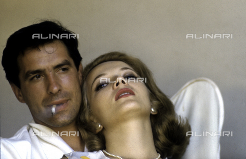 SFA-F-000252-0000 - John Cassavetes e Gena Rowlands a casa, 1957 - Data dello scatto: 1957 - Shaw Family Archives © Alinari