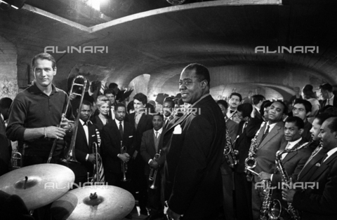 "SFA-F-000255-0000 - Paul Newman, Louis Armstrong durante le riprese del film ""Paris Blues"" di Martin Ritt, 1960 - Data dello scatto: 1960 - Shaw Family Archives © Alinari"