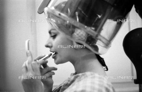 SFA-F-000258-0000 - Sofia Loren dal parrucchiere, Spagna - Data dello scatto: 1957 - Shaw Family Archives © Alinari