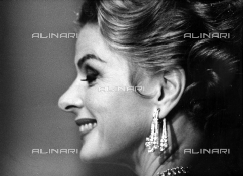 """SFA-F-00BW14-0000 - L'attrice svedese Ingrid Bergman (1915-1982) fotografata durante le riprese del film """"The Visit"""" del 1964 - Data dello scatto: 1964 - Shaw Family Archives © Alinari"""