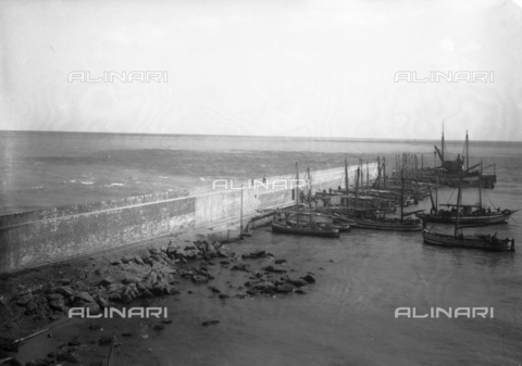 TCA-F-000034-0000 - The port of Termoli with boats - Data dello scatto: 1910 - Archivi Alinari, Firenze