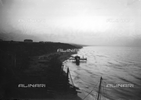 TCA-F-000115-0000 - Night on the beach in Termoli - Data dello scatto: 1910-1920 - Archivi Alinari, Firenze