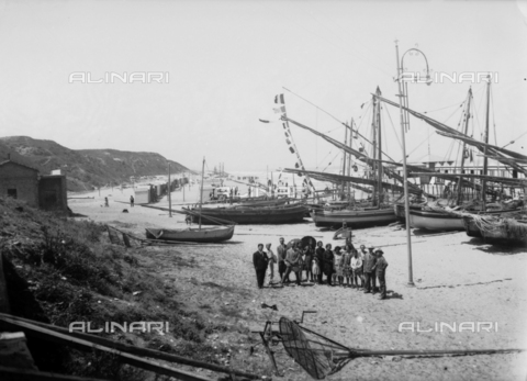 TCA-F-000149-0000 - Group of people on the beach front of Termoli to sailing vessels - Data dello scatto: 1910-1920 - Archivi Alinari, Firenze