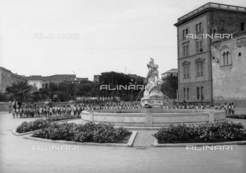 "TCA-F-000163-0000 - Children in Piazza Sant'Antonio in Termoli; in the foreground the fountain ""Fight with fish"" by sculptor Renato Beretta - Data dello scatto: 1940 - Archivi Alinari, Firenze"