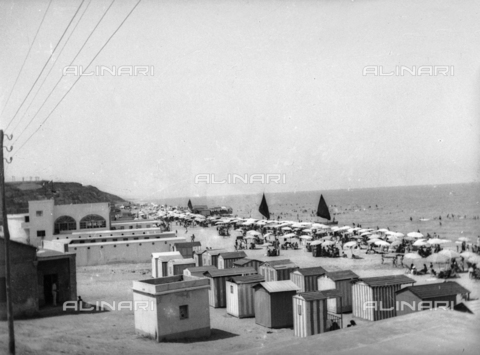 TCA-F-000165-0000 - Cabins and umbrellas on the beach in Termoli - Data dello scatto: 1910-1920 - Archivi Alinari, Firenze