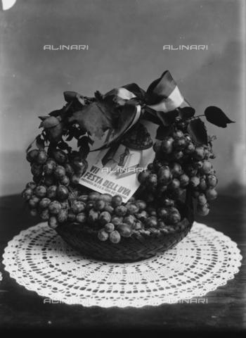 TCA-F-000493-0000 - Cestino ornato di grappoli d'uva in occasione della VII Festa dell'uva - Data dello scatto: 1929 - Archivi Alinari, Firenze