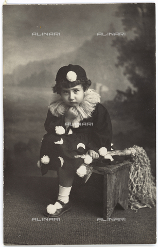 TCA-F-000658-0000 - Child masked by pierrot - Data dello scatto: 1930-1940 - Archivi Alinari, Firenze