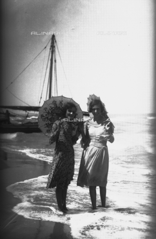 TCA-F-000746-0000 - Couple of young women with parasol on the beach in Termoli - Data dello scatto: 1932 - Archivi Alinari, Firenze