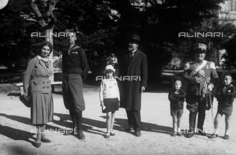 TCA-F-001023-0000 - The family Trombetta with friends Fury - Data dello scatto: 1926 - Archivi Alinari, Firenze