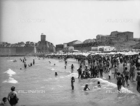 TCA-F-001089-0000 - Panorama of the ancient town of Termoli from the beach crowded with sunbathers - Data dello scatto: 1936 - Archivi Alinari, Firenze