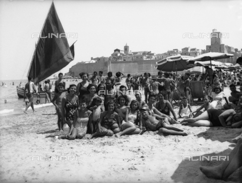 TCA-F-001092-0000 - Bathers on the beach in the old town of Termoli - Data dello scatto: 1936 - Archivi Alinari, Firenze