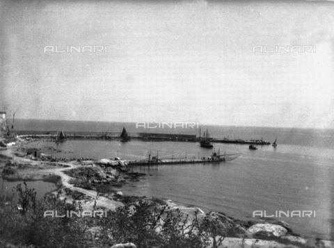 TCA-F-001093-0000 - The port of Termoli with boats - Data dello scatto: 1936 - Archivi Alinari, Firenze