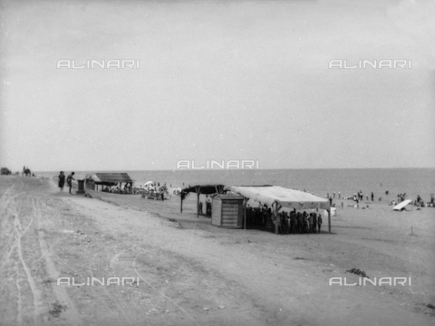 TCA-F-001095-0000 - Cabins and tents on the beach in Termoli - Data dello scatto: 1930 - Archivi Alinari, Firenze