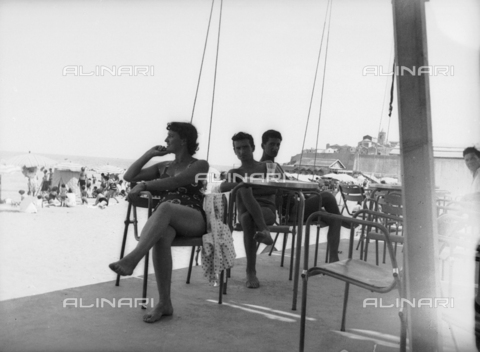 "TCA-F-001098-0000 - Bathers in the seaside resort ""Il Panfilo"" of beach in Termoli - Data dello scatto: 1950 - Archivi Alinari, Firenze"