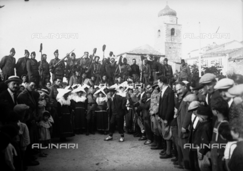 TCA-F-001407-0000 - Crowd with soldiers in uniform fascist while watches the performance of a folk group - Data dello scatto: 1929 - Archivi Alinari, Firenze