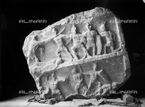 TCA-F-001502-0000 - Scene with gladiators with names of warriors belonging to Cassianus (Incitatus, Serenus, Blastus, Euthicus, Chrestus) and Iulianus (Aster, Niger, Bassus), fragment of relief, Roman art, Palazzo Cimorelli, Venafro - Data dello scatto: 1930 - Archivi Alinari, Firenze
