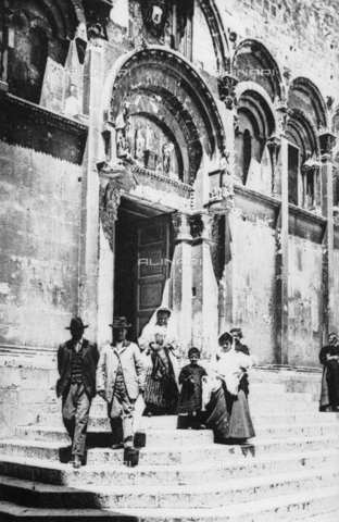 TCA-F-001601-0000 - Group of people on the steps of Cathedral of St. Mary of the Purification, Termoli - Data dello scatto: 1910 - Archivi Alinari, Firenze