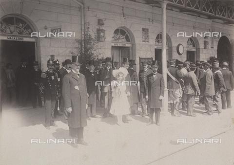 TCA-F-00164V-0000 - Folla attende l'arrivo dei sovrani alla stazione di Campobasso - Data dello scatto: 23/08/1905 - Archivi Alinari-donazione Trombetta, Firenze