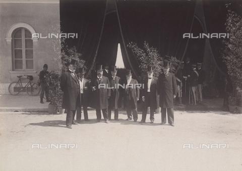 TCA-F-00165V-0000 - Autorità di Campobasso attendono l'arrivo di Vittorio Emanuele III e della regina Elena - Data dello scatto: 23/08/1905 - Archivi Alinari-donazione Trombetta, Firenze