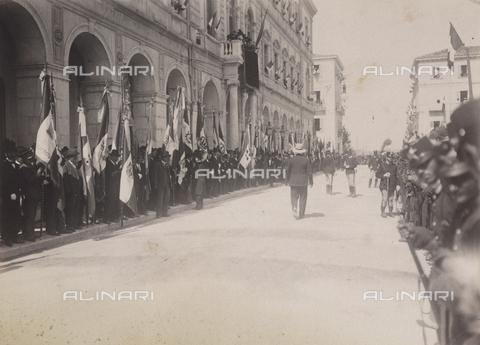 TCA-F-00168V-0000 - Folla in attesa del passaggio dei sovrani - Data dello scatto: 23/08/1905 - Archivi Alinari-donazione Trombetta, Firenze