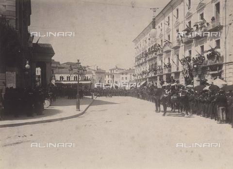 TCA-F-00169V-0000 - Folla in attesa del passaggio dei sovrani - Data dello scatto: 23/08/1905 - Archivi Alinari-donazione Trombetta, Firenze