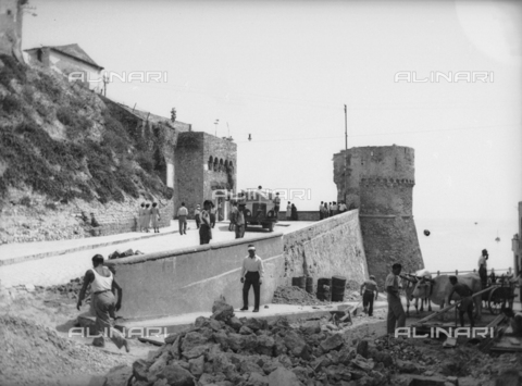 TCA-F-001742-0000 - Road construction in front of the tower and the east gate of the castle of Termoli - Data dello scatto: 1930 - Archivi Alinari, Firenze