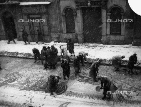 TCA-F-001893-0000 - Students forced to shovel snow in Corso Vittorio Emanuele in Campobasso - Data dello scatto: 1943 - Archivi Alinari, Firenze