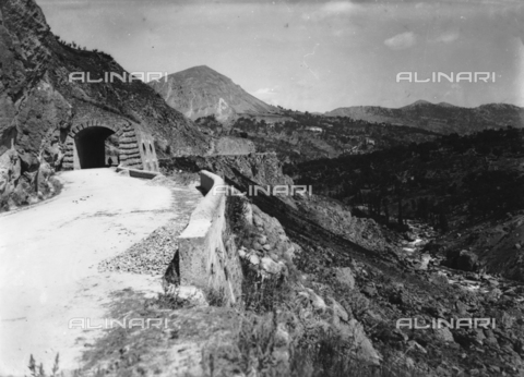 TCA-F-001951-0000 - Landscape with gallery on the road no. 85, Termoli - Data dello scatto: 1925 - Archivi Alinari, Firenze