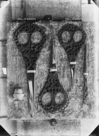 TCA-F-001960-0000 - Forbici e ago da ricamo - Data dello scatto: 1872 - Archivi Alinari-donazione Trombetta, Firenze