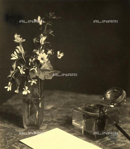 TCA-F-00201V-0000 - Fiori di campo in vasetto di vetro, penna, calamaio e foglio di carta. - Data dello scatto: 1910-1920 - Archivi Alinari, Firenze