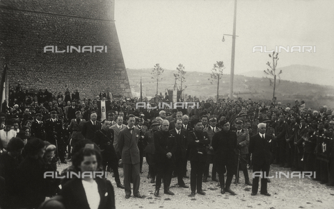 TCA-F-00223V-0000 - Crowd attending the funeral for the war dead in front of the Castle of Monforte Campobasso - Data dello scatto: 1937 - Archivi Alinari, Firenze